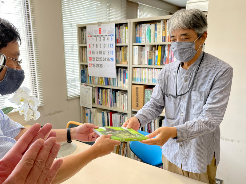 著者・小林健三さんが来社され、本をお渡ししました。